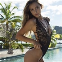 Alexis Ren Flashes Her Nude Ass On Video