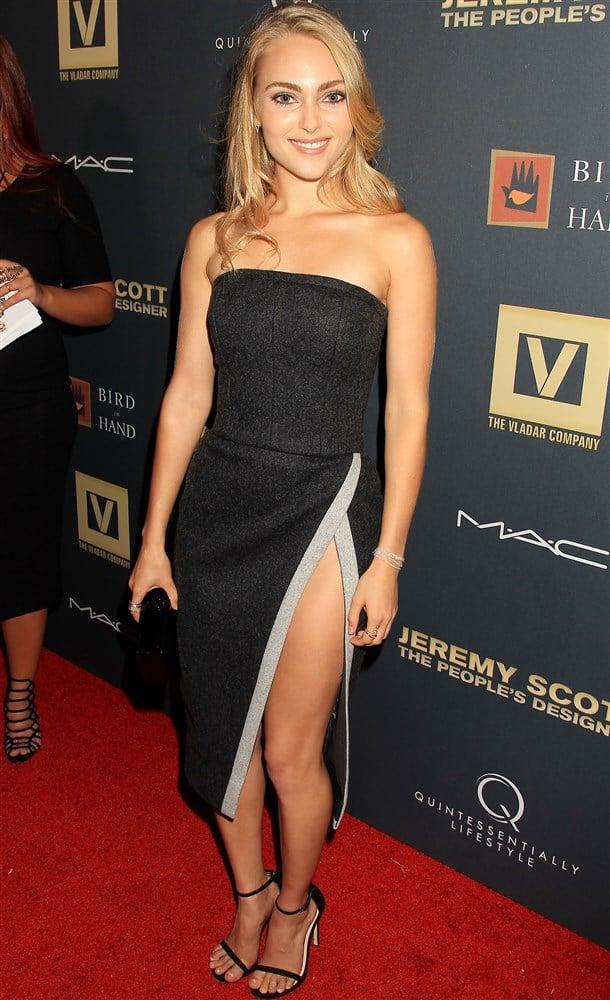 Margot Robbie Nipple Slip Oops Moment - NuCelebs.com
