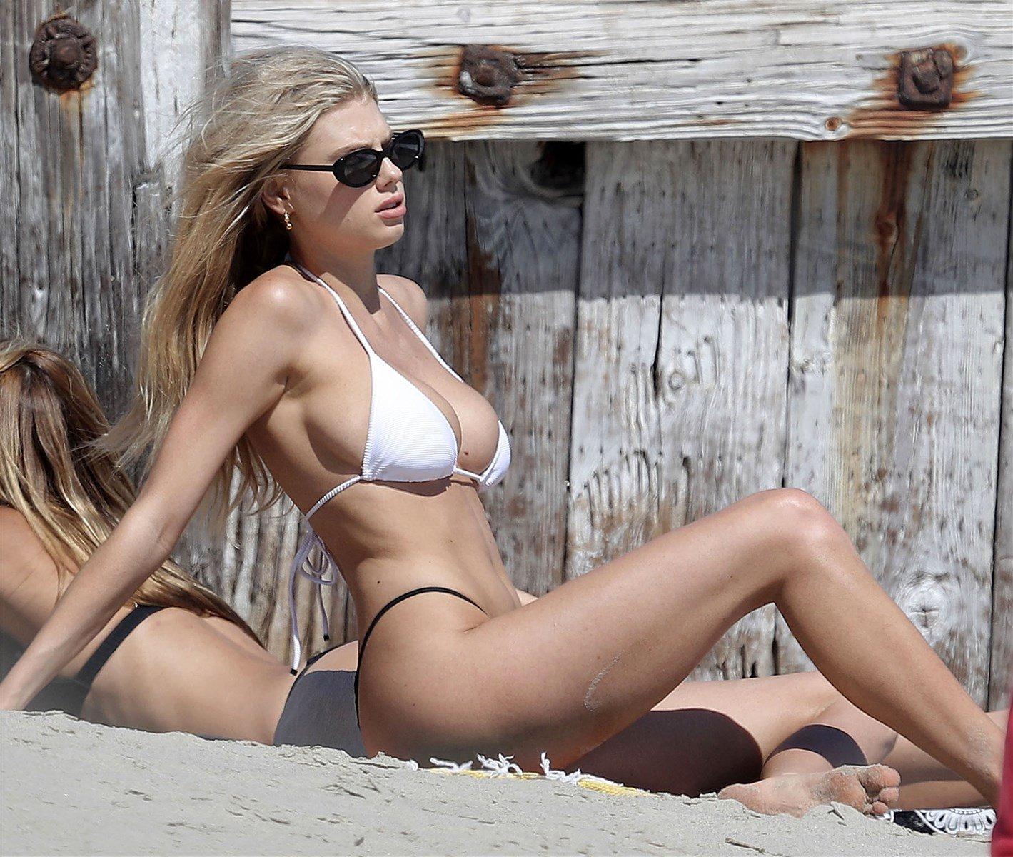 Charlotte Mckinney ve Kardeşi Sahilde Bikinilerle