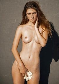 Elizabeth Elam  nackt