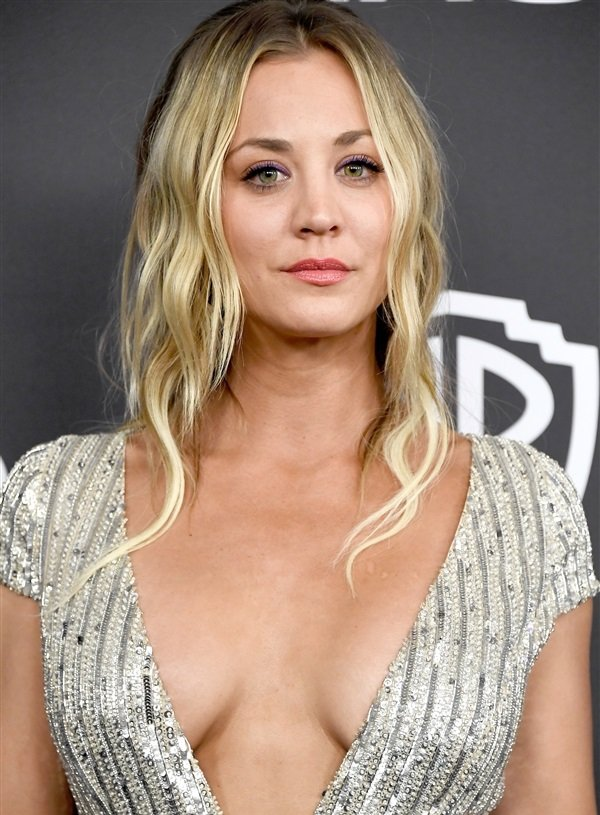 Kaley Cuoco Golden Globes cleavage