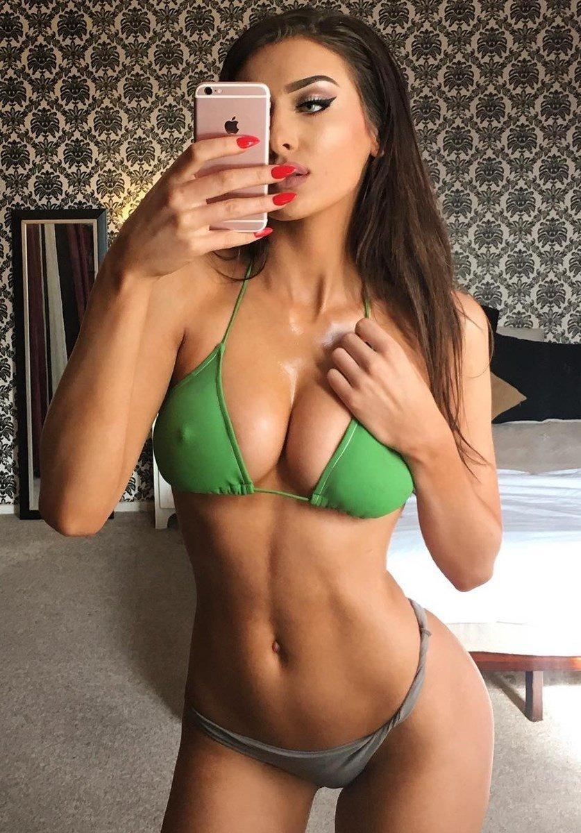 Ariana Grande Denies Leaked Nude Photos
