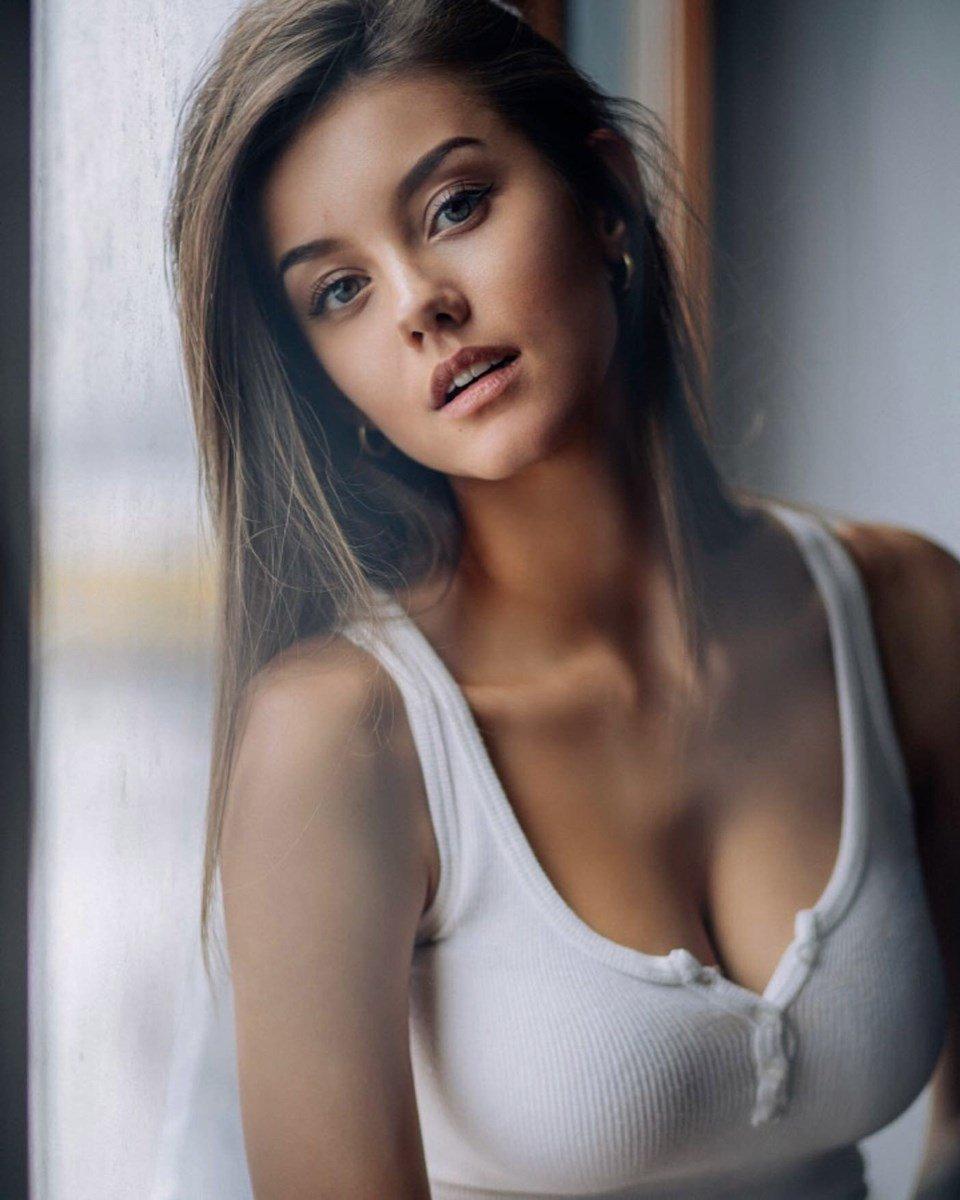 Nicola Cavanis Sexiest Photos Collection