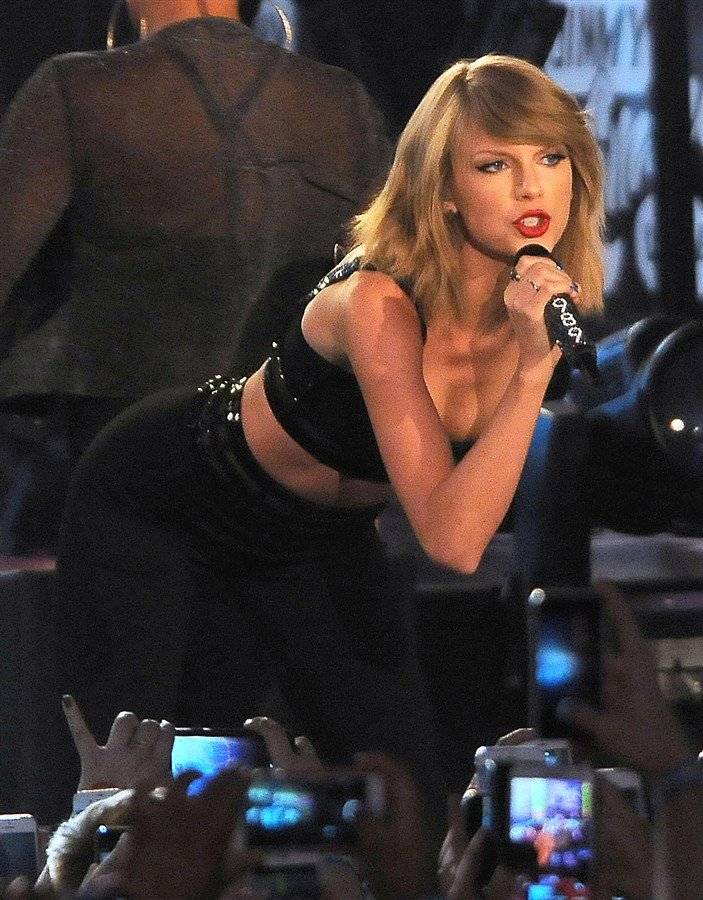 Taylor Swift Bends Over In Extremely Tight Pants