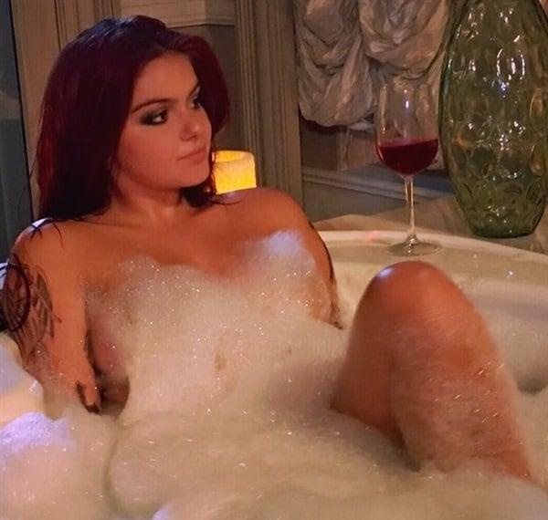 Ariel Winter nude bath
