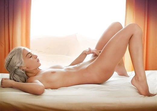 Emilia Clarke naakt Possing haar Pussy borstimplantaten 8 520 X 369