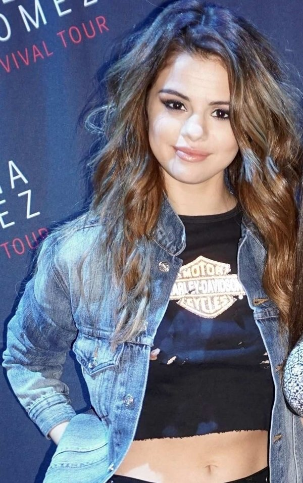 Selena Gomez nipple