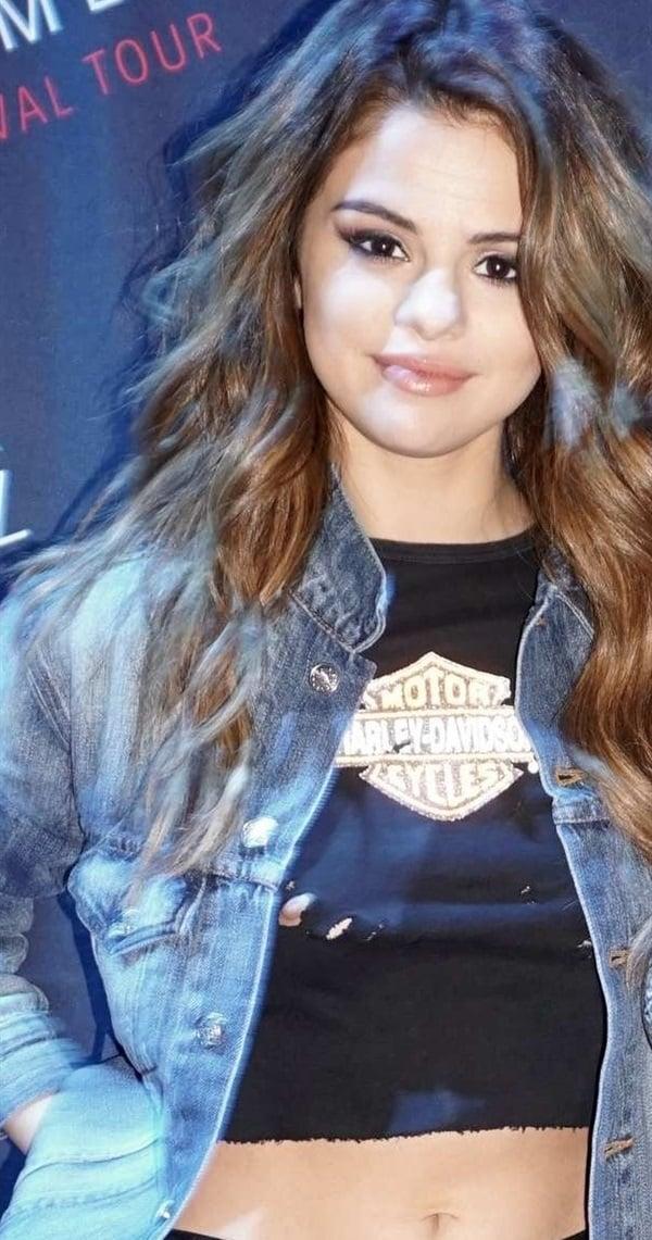 Selena Gomez Full Nipple Slip For Her Fans