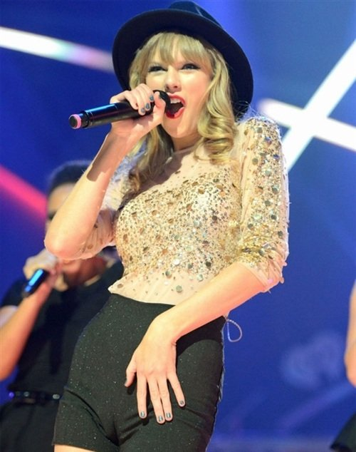 Taylor Swift camel toe