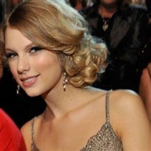Taylor Swift No Panties Upskirt Pic