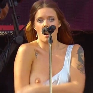 Tove Lo Flashing Her Boobs In Concert Video